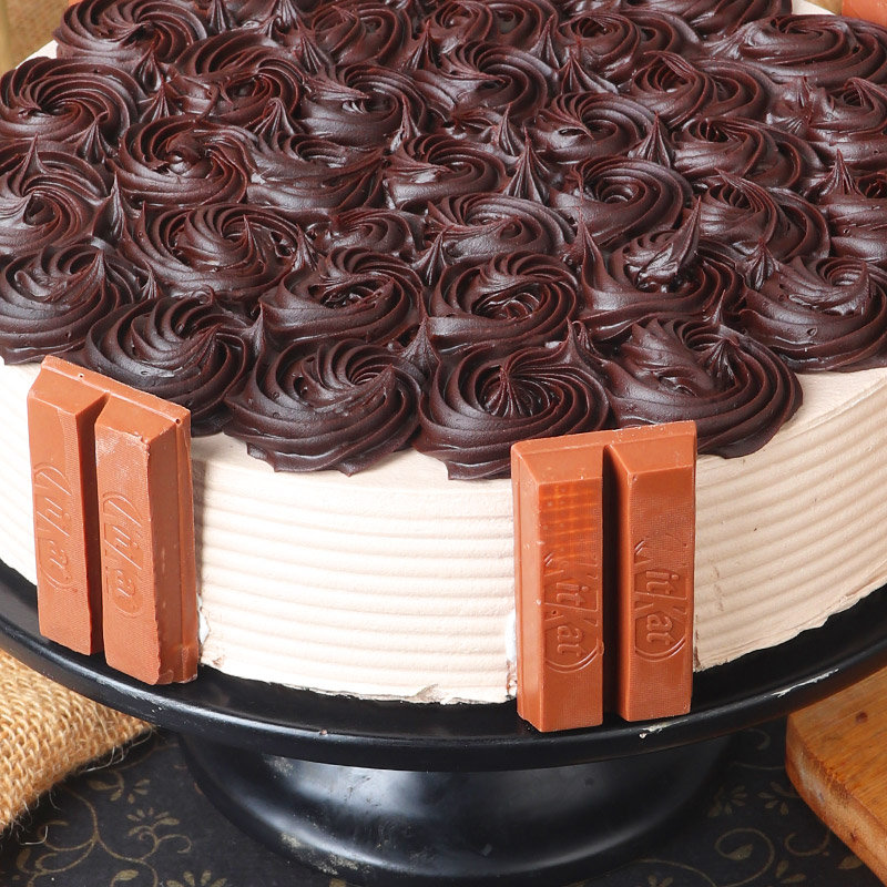 Zoom view of Crunchy Kitkat Cake