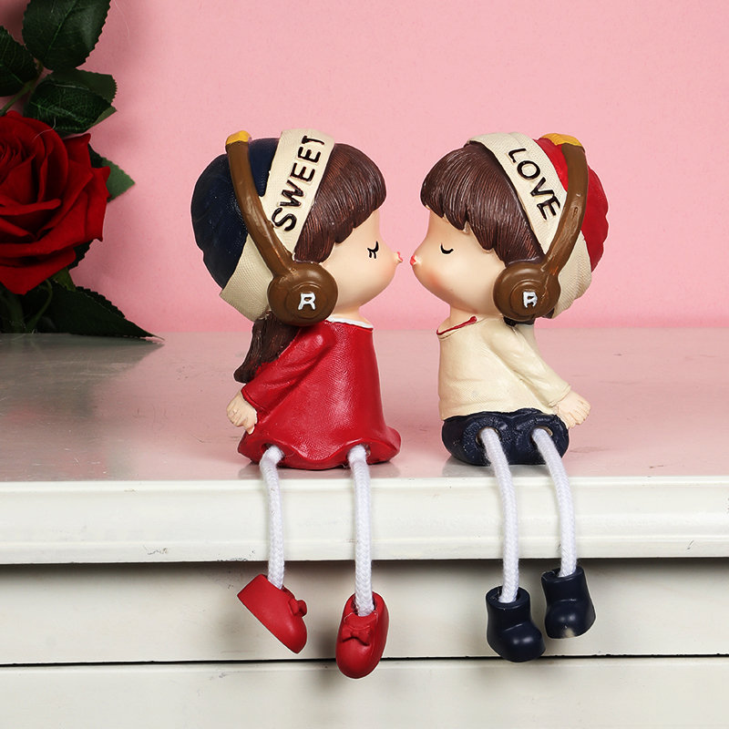 Kissing Couple Dolls