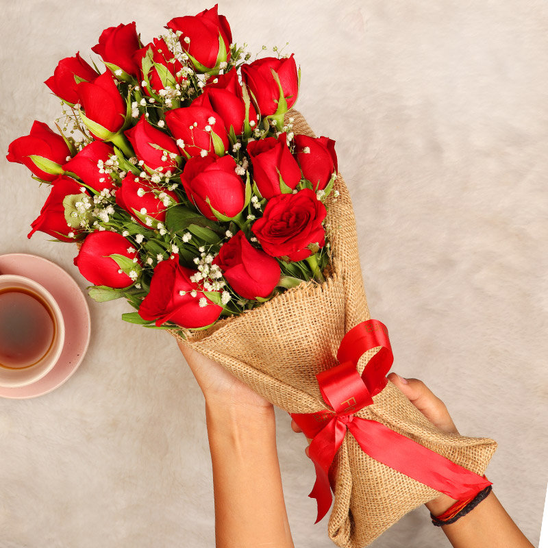 Love Swirl Roses - Bouquet of 20 Red Roses in Jute Packing