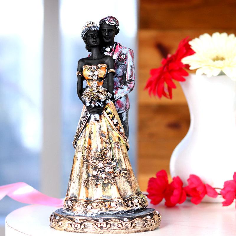 Romantic Valentines Couple Statue