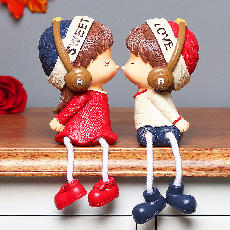 Kissing Love Couple Doll
